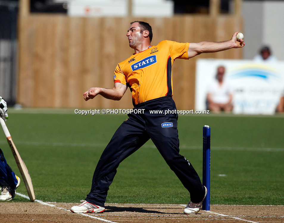 Luke Woodcock bowling, State Shield cricket, Auckland Aces v Wellington Firebirds, Eden Park Outer Oval, Auckland. 14 January 2009. Photo: William Booth/PHOTOSPORT