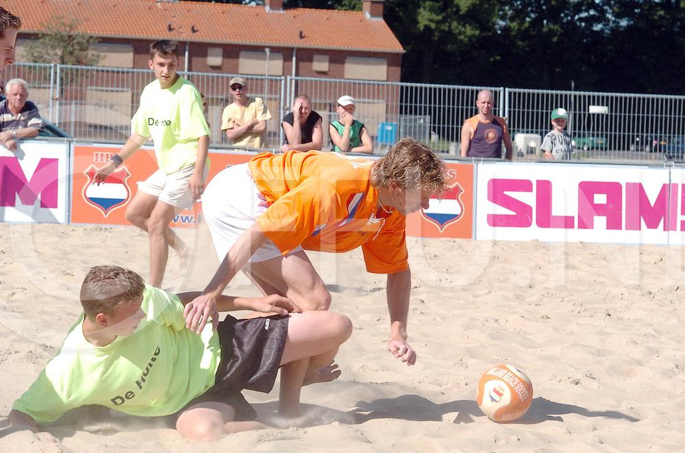 060715,hardenberg,nederland,<br /> beachvoetbal, bert konterman in actie<br /> fotografiefrankuijlenbroek&copy;2006sanderuijlenbroek