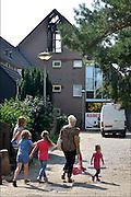 Nederland, Nijmegen, 31-8-2015Uit een uitgebrande woning in Gildekamp is asbest vrijgekomen. Het huis ligt vlak bij een basisschool. Het asbest is door een gespecialiseerd bedrijf opgeruimd en de omgeving is weer schoon en veilig verklaard.FOTO: FLIP FRANSSEN/ HOLLANDSE HOOGTE