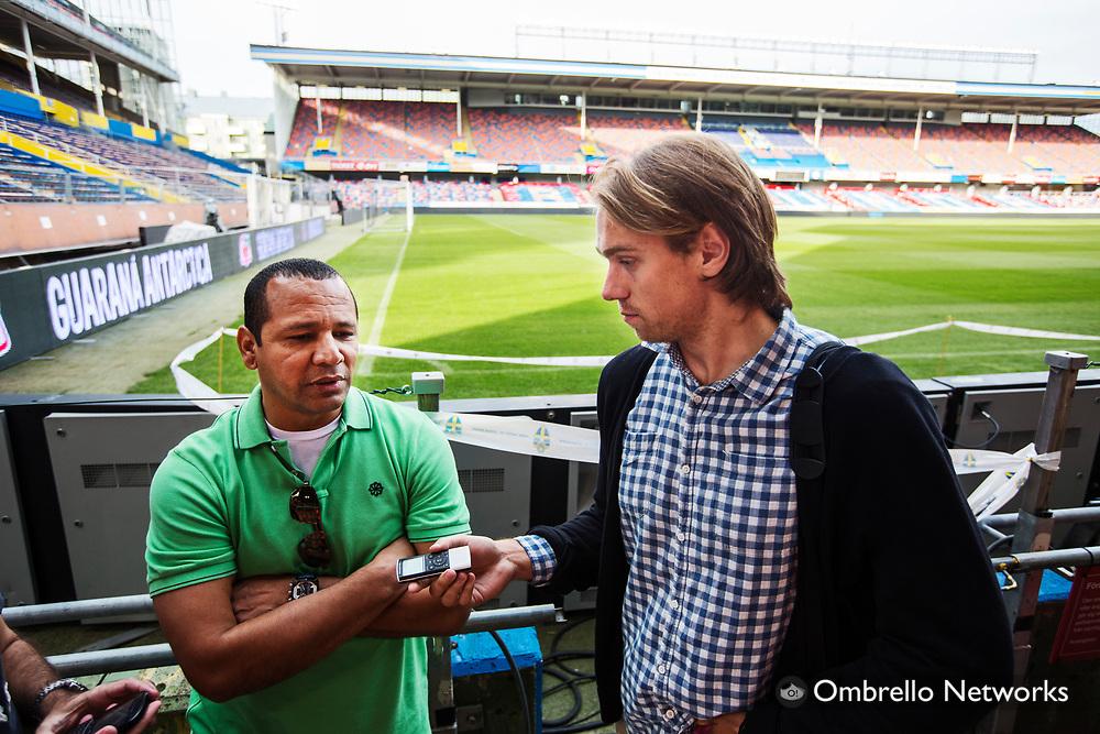 STOCKHOLM 2012-08-14<br /> BRASILIENS LANDSLAG FOTBOLL TR&Auml;NAR P&Aring; R&Aring;SUNDA<br /> Neymar da Silva Sr och Jonathan Lindqvist.