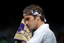 29.06.2011, Wimbledon, London, GBR, ATP World Tour, Wimbledon Tennis Championships, im Bild Roger Federer (SUI) looks dejected during the Gentlemen's Singles Quarter-Final match on day nine of the Wimbledon Lawn Tennis Championships at the All England Lawn Tennis and Croquet Club. EXPA Pictures © 2011, PhotoCredit: EXPA/ Propaganda/ David Rawcliffe +++++ ATTENTION - OUT OF ENGLAND/UK +++++
