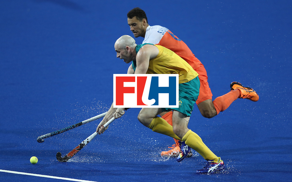 RIO DE JANEIRO, BRAZIL - AUGUST 14:  Glenn Turner of Australia moves away from Glenn Schuurman during the Men's hockey quarter final match between the Netherlands and Australia on Day 9 of the Rio 2016 Olympic Games at the Olympic Hockey Centre on August 14, 2016 in Rio de Janeiro, Brazil.  (Photo by David Rogers/Getty Images)