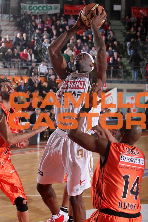 DESCRIZIONE : Udine Lega A1 2008-09 Snaidero Udine Scavolini Spar Pesaro <br /> GIOCATORE : akindele <br /> SQUADRA : Scavolini Spar Pesaro <br /> EVENTO : Campionato Lega A1 2008-2009 <br /> GARA : Snaidero Udine Scavolini Spar Pesaro <br /> DATA : 07/03/2009 <br /> CATEGORIA : tiro <br /> SPORT : Pallacanestro <br /> AUTORE : Agenzia Ciamillo-Castoria/S.Silvestri