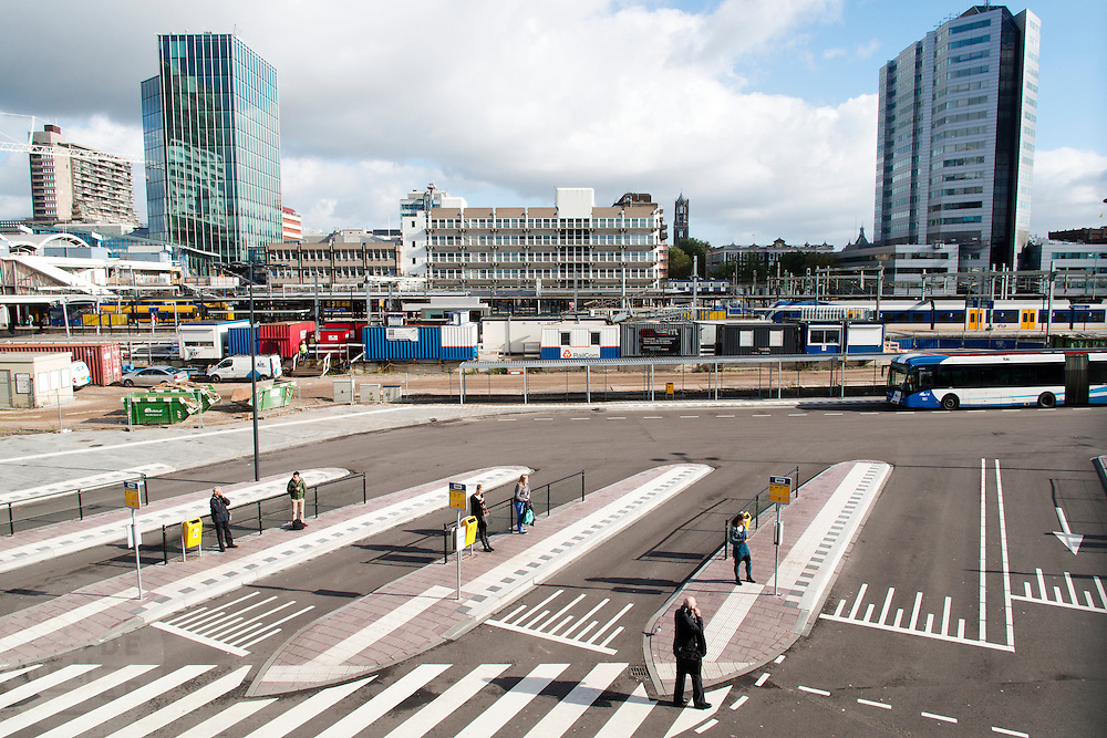 Het tijdelijke busstation aan de westzijde van Utrecht CS. Rechts staat het hoofdkantoor van de NS. In Utrecht wordt het centraal station grondig verbouwd. Momenteel is de tweede fase afgerond. De reizigers zullen nog tot 2016 last hebben van de verbouwing.<br /> <br /> The temporary bus station at the west side of Utrecht CS. The building on the right is the headquarters of the NS. In Utrecht the central station is reconstructed. At this moment the second stage has finished. The travelers will be faced with inconveniences until 2016.