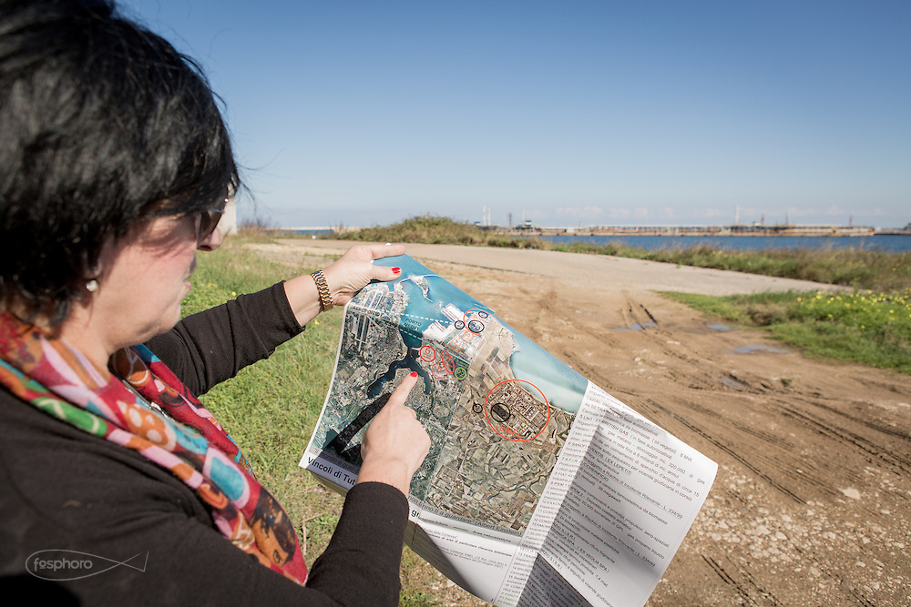 Brindisi, Feb. 2016 - Ornella Tarullo, mostra la lo svipullo dell'area industriale di Brindisi. La mappa a cura di Pierpaolo Petrosillo, riporta la presenza del Polo Petrolchimico e delle due Centrali elettriche a Carbone che incidono sul territorio della città pugliese.