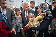 Bundespräsident Joachim Gauck besucht die Flüchtlingsnotunterkunft im ehemaligen Rathaus Wilmersdorf.