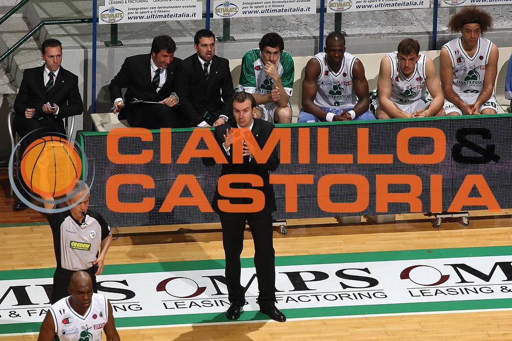 DESCRIZIONE : Siena Lega A 2008-09 Playoff Quarti di finale Gara 1 Montepaschi Siena Scavolini Spar Pesaro <br /> GIOCATORE : Simone Pianigiani<br /> SQUADRA : Montepaschi Siena<br /> EVENTO : Campionato Lega A 2008-2009 <br /> GARA : Montepaschi Siena Scavolini Spar Pesaro<br /> DATA : 19/05/2009<br /> CATEGORIA : Coach<br /> SPORT : Pallacanestro <br /> AUTORE : Agenzia Ciamillo-Castoria/C.De Massis