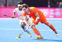 LONDEN - Robert van der Horst op weg naar 1-0,maandag in de hockey wedstrijd tussen de mannen van Nederland en India tijdens de Olympische Spelen in Londen .ANP KOEN SUYK