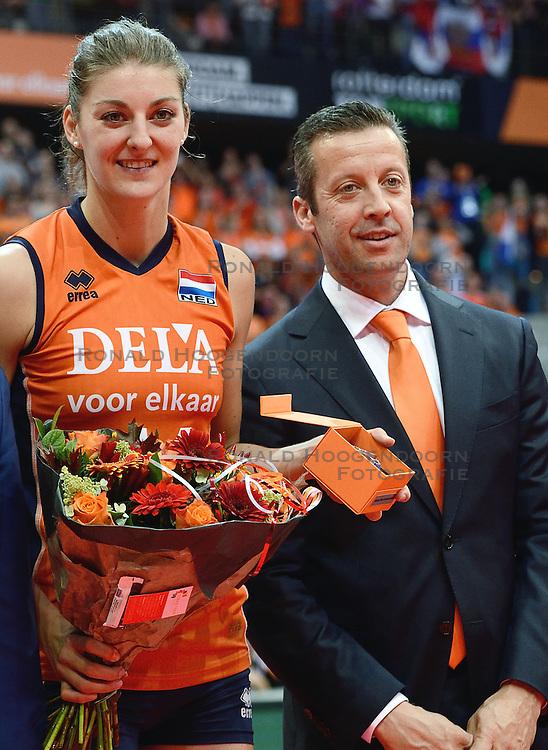 04-10-2015 NED: Volleyball European Championship Final Nederland - Rusland, Rotterdam<br /> Nederland verliest kansloos met 3-0 van het sterke Rusland / Anne Buijs #11, Imre