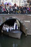 Op de Oudegracht in Utrecht wordt tijdens de Culturele Zondag een sc&egrave;ne gespelen uit de opera Orfeo ed Euridice door de Utrechtse Spelen. De voorstelling is het offici&euml;le startschot voor de campagne van de gemeente Utrecht om in 2018 de Europese Culturele Hoofdstad te zijn. Het optreden van de halfgod Orfeo en zijn gestorven geliefde Euridice  wordt vertolkt door countertenor Gary Boyce en sopraan Stefanie True.<br /> <br /> The Utrechtse Spelen are performing an act of Orfeo ed Euridice at the Oudegracht in Utrecht. The performance is the start of the campaign of Utrecht to be the European cultural capital in 2018. The play of half god Orfeo and his deceased love Euridice is acted by counter tenor Gary Boyce and soprano Stefanie True.