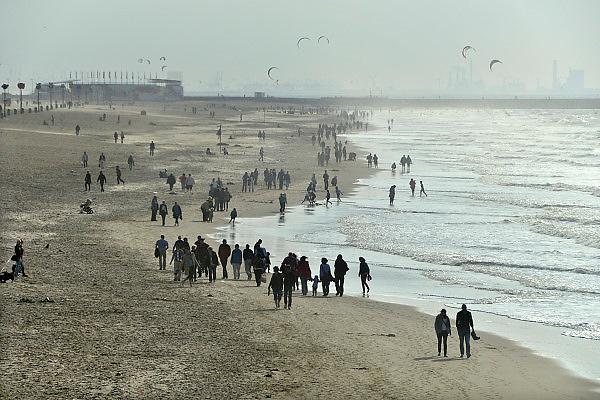 Nederland, Scheveningen, 28-10-2012Wandelende mensen op het strand van de badplaats Scheveningen.Foto: Flip Franssen/Hollandse Hoogte