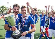 UTRECHT -  Robbert Kemperman (Kampong) met Sander de Wijn (Kampong)  na  de finale van de play-offs om de landtitel tussen de heren van Kampong en Amsterdam (2-1). Bjorn Kellerman (Kampong) en Constantijn Jonker (Kampong) .  COPYRIGHT KOEN SUYK