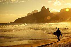 Surfista na Praia de Ipanema. Ao fundo o Morro Dois Irmãos, localizado no bairro Leblon, estado do Rio de Janeiro, entre a Favela da Rocinha e a Favela do Vidigal. FOTO: Jefferson Bernardes/Preview.com