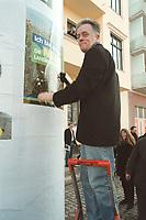 """06 MAR 2001, BERLIN/GERMANY:<br /> Fritz Kuhn, B90/Gruene Bundesvorsitzender, plakatiert das Plakat """"Ich bin dabei! Die neue Landwirtschaft"""" an eine Litfastsaeule vor der Bundesgeschäftsstelle Buendnis 90/Die Gruenen <br /> IMAGE: 20010306-01/01-24"""