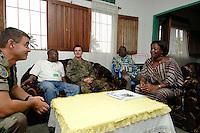 """26 SEP 2006, KINSHASA/CONGO:<br /> Zwei Soldaten, ein Deutscher, ein Franzose, der EUFOR RD CONGO sprechen mit einer Bezirksbuergermeisterin von Kinshasa im Rahmen einer Patroulienfahrt des """"Tactical Psyops Team"""" oder auch """"Operative Information"""", dessen Aufgabe es ist, die Bevoelkerung über die EUFOR RD CONGO Mission aufzuklaeren<br /> IMAGE: 20060926-01-051<br /> KEYWORDS: Bundeswehr, Soldat, Soldaten, Informationsfahrt, Gespräch, Gespraech, Bevölkerung, Kongo, Afrika, Africa"""