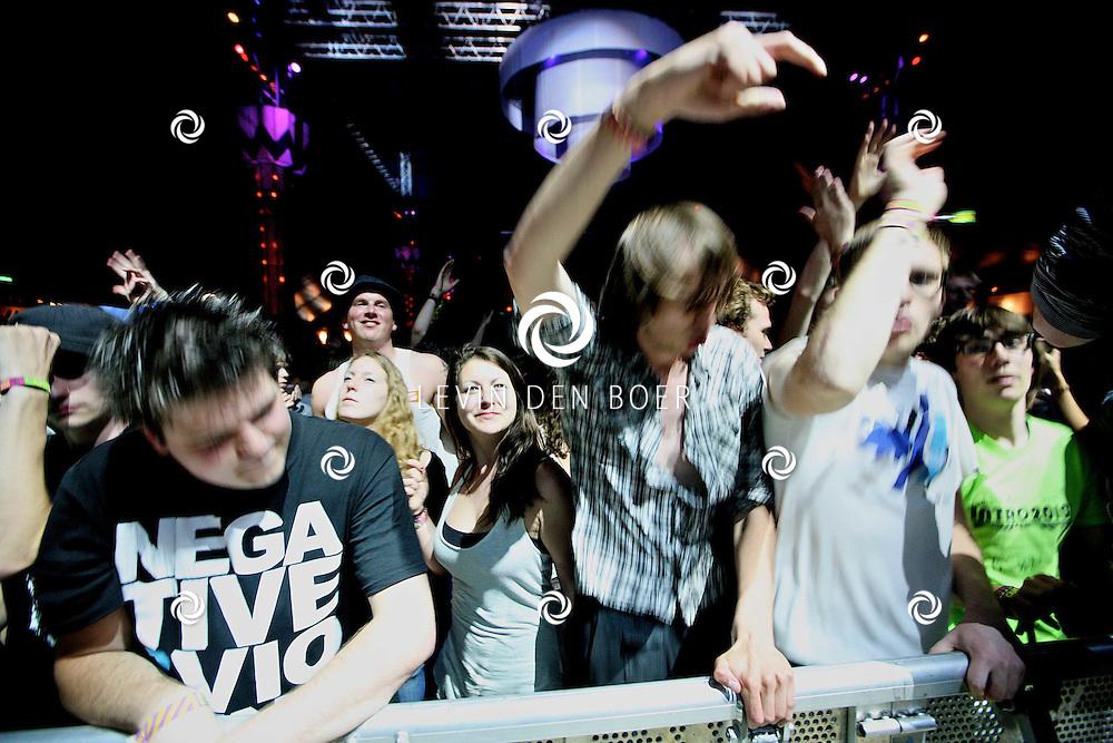SCHIJNDEL - Het publiek van Bloody Beetroots Death Crew 77 ging helemaal uit hun dak tijdens het optreden. FOTO LEVIN DEN BOER - PERSFOTO.NU