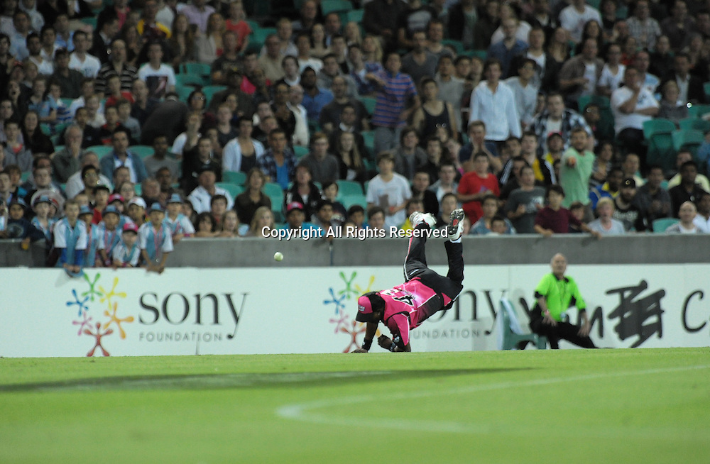 16.12.2011 Sydney, Australia.Sydney Sixers all rounder  from Trinidad and Tobago Dwayne Bravo narrowly misses a spectacular catch during the KFC T20 Big Bash League game between Sydney Sixers and Brisbane Heat at the Sydney Cricket Ground.
