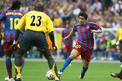 PARIS, FRANCE - WEDNESDAY, MAY 17th, 2006: FC Barcelona's Deco in action against Arsenal during the UEFA Champions League Final at the Stade de France. (Pic by David Rawcliffe/Propaganda)