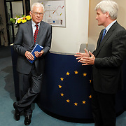 NLD/Den Haag/20070412 - Visit of president of the European Parliament to The Hague, Mr. Hans-Gert Pottering meets the staff of the European Parliament office The Hague..NLD/Den Haag/20070412 - President Europees Parlement Hans-Gert Pöttering bezoekt Den Haag, ontmoeting met personeel van het Haagse kantoor van het EU Parlement.  ** foto + verplichte naamsvermelding Brunopress/Edwin Janssen  **