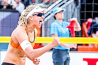 DEN HAAG - Poulewedstrijd Meppelink/van Iersel tegen Mashkova / Tsimbalova , Beachvolleybal , WK Beach Volleyball 2015 , 26-06-2015 , Marleen van Iersel viert de winst  eerste set