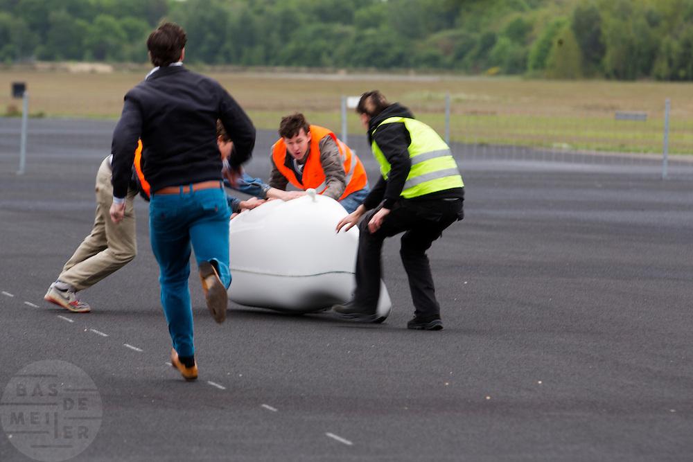 De VeloX4 wordt net op tijd gevangen. In Soesterberg test het Human Power Team Delft en Amsterdam (HPT) voor het eerst met de nieuwe fiets, de VeloX4. Op de voormalige vliegbasis legt de recordfiets de eerste meters af. In september wil het HPT, dat bestaat uit studenten van de TU Delft en de VU Amsterdam, een poging doen het wereldrecord snelfietsen te verbreken, dat nu op 133,8 km/h staat tijdens de World Human Powered Speed Challenge.<br /> <br /> In Soesterberg the Human Power Team Delft and Amsterdam (HPT) tests their newest bike, the VeloX4. On the track of the former military airport the bike rides its first meters. With the special recumbent bike the HPT, consisting of students of the TU Delft and the VU Amsterdam, also wants to set a new world record cycling in September at the World Human Powered Speed Challenge. The current speed record is 133,8 km/h.
