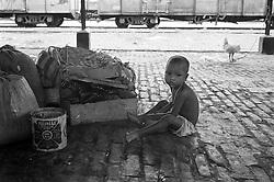 BANGLADESH DINAJPUR OCT94 - Homeless child sits on the platform at Dinajpur station, northern Bangladesh...jre/Photo by Jiri Rezac..© Jiri Rezac 1994