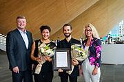 20170824 Kristiansand, <br /> <br /> Sparebanken S&oslash;r Musikkpris<br /> Fiolinist Loussine Azizian (31) og cellist Leonardo Sesenna (34) utgj&oslash;r til sammen Huayra Duo fikk Sparebanken S&oslash;rs Musikkpris i Kilden <br /> <br /> Foto: Kjell Inge S&oslash;reide<br /> <br /> De m&oslash;ttes for f&oslash;rste gang i februar 2015 i Kristiansand symfoniorkester. Duoen spiller mye sammen, har konserter i og utenfor Kristiansand, de bygger opp sine karrierer p&aring; S&oslash;rlandet, og arbeider for &oslash;yeblikket med en CD-utgivelse sammen.<br /> <br /> Form&aring;let med prisen er &aring; st&oslash;tte unge musikere fra S&oslash;rlandet og gi talenter mulighet til &aring; utvikle, vise og formidle deres praksis, sier markedssjef i Sparebanken S&oslash;r, Trond Skj&aelig;veland.<br /> Prisen er opprettet i samarbeid med Fakultet for kunstfag p&aring; UiA.<br /> - Vi er glade for &aring; f&aring; v&aelig;re med &aring; l&oslash;fte fram s&oslash;rlandske talenter og nominasjonslisten viser stor musikalsk bredde sammen med h&oslash;y kunstnerisk kvalitet, sier dekan Marit Wergeland-Yates.<br /> Tre av de nominerte har klassisk bakgrunn og tre har bakgrunn fra rytmisk musikk.<br /> Institutt for rytmisk musikk og Institutt for klassisk musikk og musikkpedagogikk ved UiA har nominert kandidater til prisen. I tillegg har ogs&aring; S&oslash;rnorsk kompetansesenter for musikk (S&Oslash;RF) og Kristiansand Symfoniorkester (KSO) bidratt med kandidater i nominasjonsprosess.<br /> I juryen som skal bestemme hvem som f&aring;r prisen sitter vokalist Anne Marie Almedal fra AKKS, direkt&oslash;r for Kristiansand symfoniorkester Stefan Sk&ouml;ld, &Oslash;yvind Nyvoll fra Vest-Agder musikkr&aring;d og markedssjef Trond Skj&aelig;veland fra Sparebanken S&oslash;r.<br /> Prisen deles ut p&aring; Fakultet for kunstfags semester&aring;pning den 24.august i Kilden Teater og Konserthus.