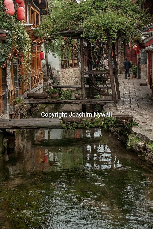 Lijiang  2011 08 Yunnan Kina<br /> hus och litet vattendrag i gamla stan<br /> ----<br /> FOTO : JOACHIM NYWALL KOD 0708840825_1<br /> COPYRIGHT JOACHIM NYWALL<br /> <br /> ***BETALBILD***<br /> Redovisas till <br /> NYWALL MEDIA AB<br /> Strandgatan 30<br /> 461 31 Trollh&auml;ttan<br /> Prislista enl BLF , om inget annat avtalas.