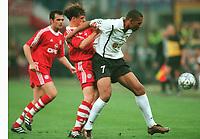 Fotball: Owen HARGREAVES, John CAREW rechts Valencia<br />Bayern München - FC Valencia 6:5 n.E. <br />Champions League Finale 2001<br />Bayern München Champions League Sieger 2001