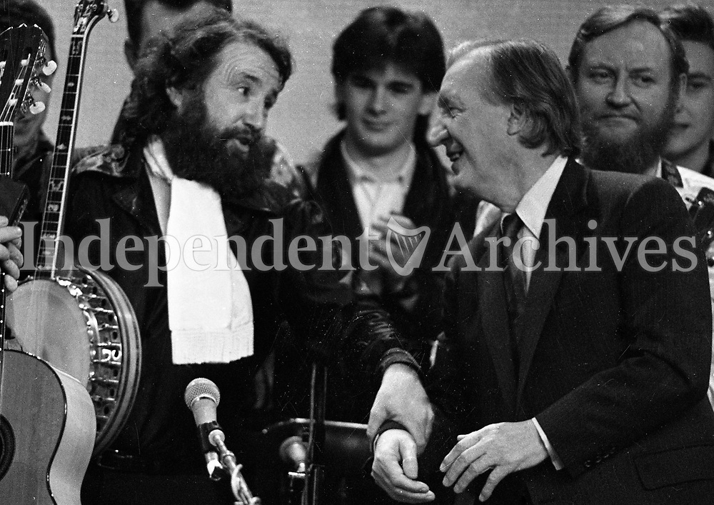 At the 25th Year celebration of The Dubliners on The Late Late Show, Barney McKenna and Charles J Haughey, Dublin, 06/03/1987 (Part of the Independent Newspapers Ireland/NLI Collection).