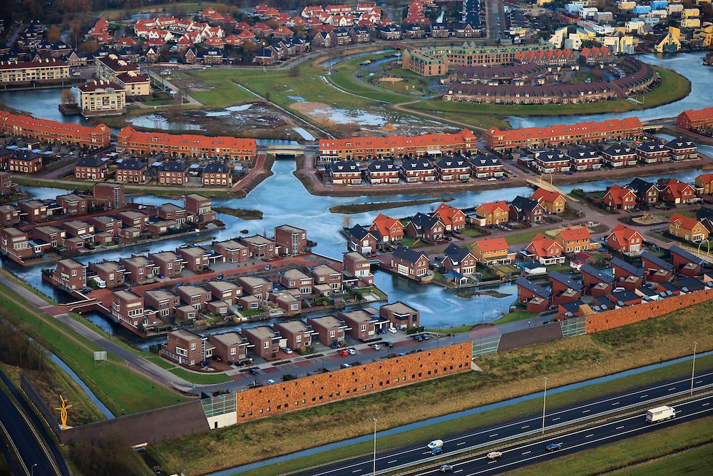 Nederland, Gelderland, Beuningen, 10-01-2011;.Nieuwbouwwijk in Beuningen met rechtsboven Slottuin. In de voorgrond de autoweg A73. IJs ligt op de grachten..New housing estate in Beuningen. In the foreground the A73 motorway. Ice on the canals..luchtfoto (toeslag), aerial photo (additional fee required).foto/photo Siebe Swart