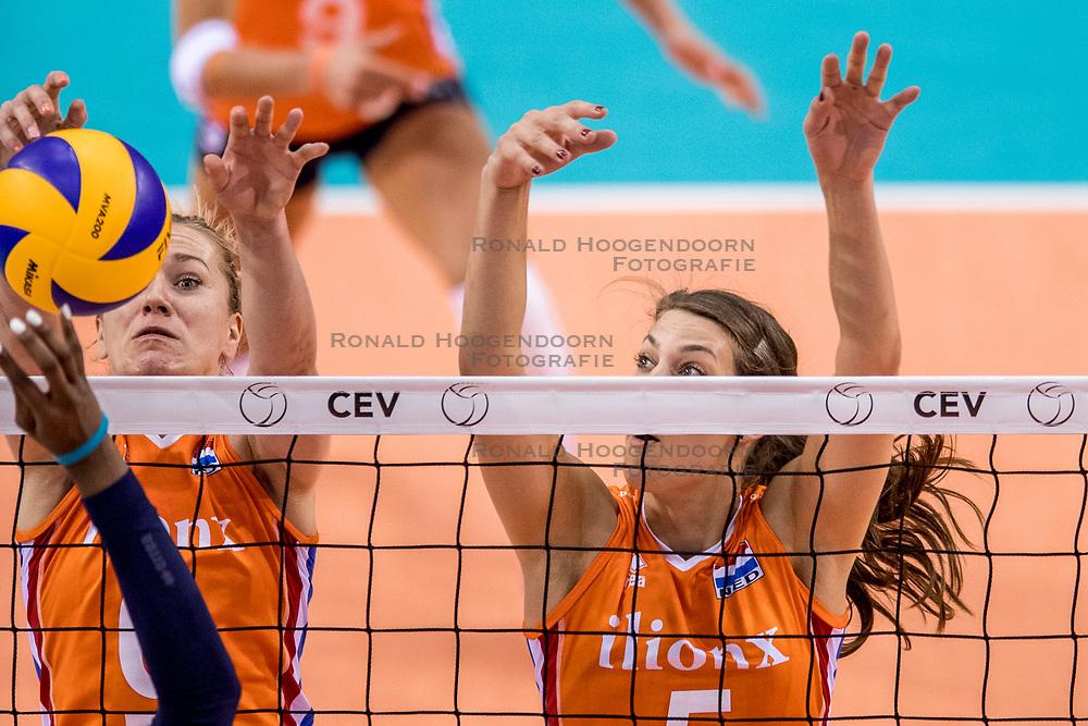 26-05-2017 NED: Nederland - Italie, Apeldoorn<br /> Kick off voor het Nederlands vrouwenteam begon met een oefenwedstrijd in Apeldoorn. Itali&euml; werd met 3-1 verslagen / Maret Balkestein-Grothues #6, Robin de Kruijf #5