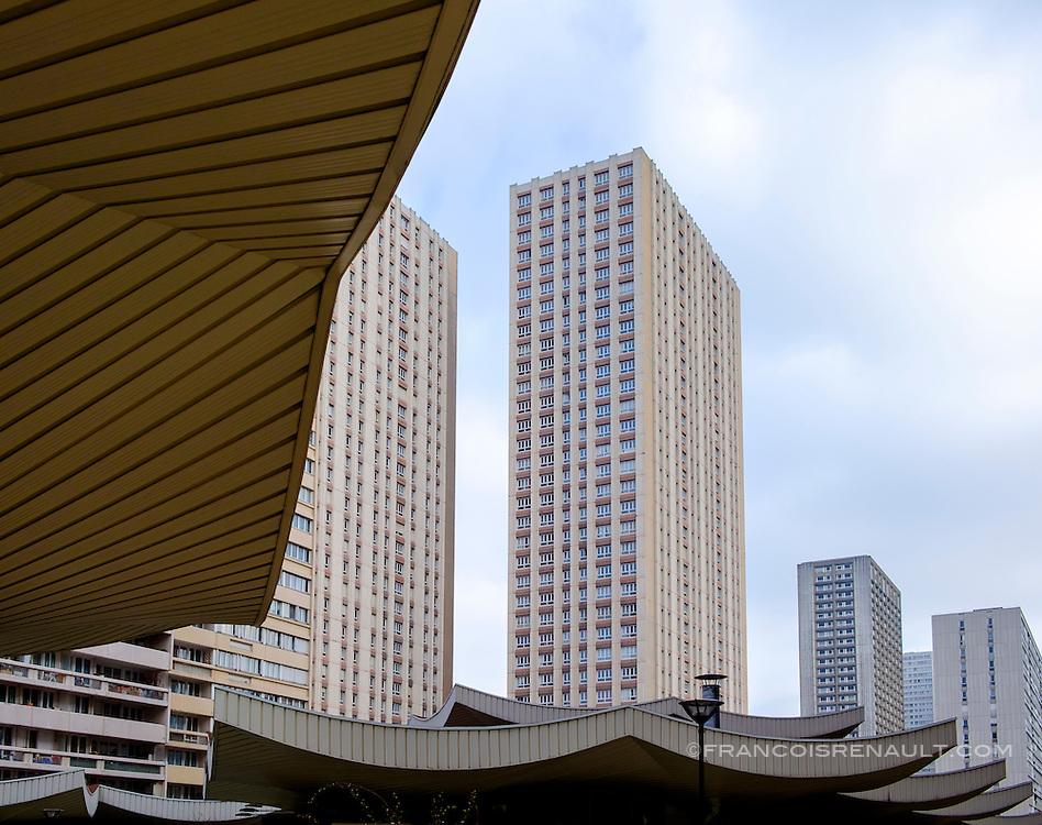 La Dalle Tolbiac, 13 ème arrondissement, Paris. Immeubles en contre plongée. /