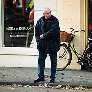 Herman Bolten, chauffeur prins Bernhard,  aan het winkelen in de P.C. Hooftstraat Amsterdam