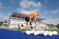 TUCUMAN - Het Nederlands dames hockeyteam , dat morgen ten Nieuw Zeeland in de finale ronde van de Hockey World League speelt, trainde woensdagochtend in het Hockeystadion van Tucuman.  Kitty van Male oefent het aangeven van de strafcorner. ANP KOEN SUYK