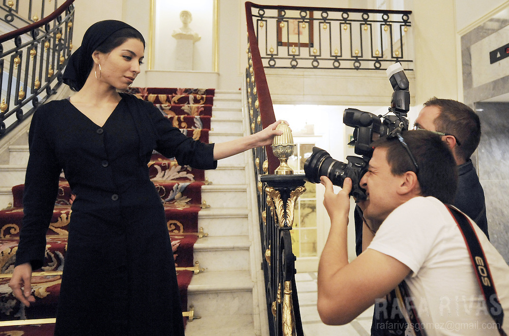 """Iranian director Samira Makhmalbaf (L) poses for photographers after knowing that she has won the San Sebastian International Film Festival's Sprecial Jury Prize for her film """"Asbe Du-Pa"""" (Two-legged Horse), on September 27, 2008, in the northern Spanish city of San Sebastian. PHOTO / RAFA RIVAS"""