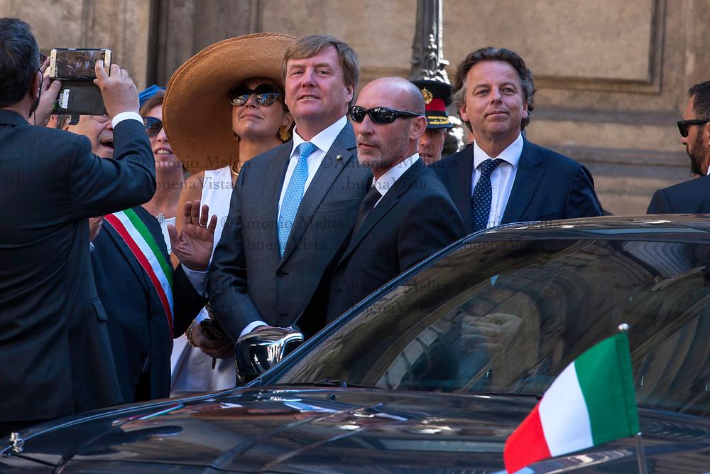 I Reali dei Paesi Bassi, Willem Alexander e Máxima, in visita ufficiale a Palermo. Leoluca Orlando, sindaco di Palermo, li attende ai Quattro Canti.