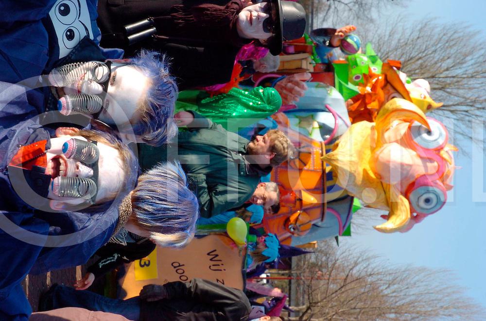 060225, lemelerveld.ned<br /> Optocht carnaval in Lemelerveld starte op het Kroonplein.<br /> fotografie frank uijlenbroek&copy;2006 frank uijlenbroek