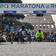 Roma 02/04/2017 <br /> Maratona di Roma 2017<br /> la partenza degli atleti paralitici a via dei fori imperiali con lo sfondo del Colosseo