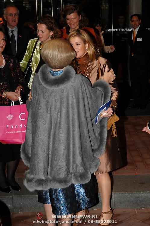 NLD/Amsterdam/20061213 - Uitreiking Grote Prins Claus Prijs 2006, vertrek van prinses Maxima en Koninging Beatrix, afscheid