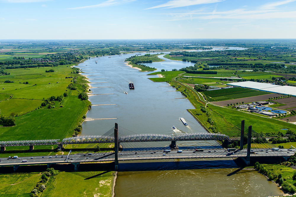 Nederland, Gelderland, Zaltbommel, 13-05-2019; bruggen over de rivier de Waal bij Zaltbommel. Naast de spoorbrug, spoorlijn Utrecht - Den Bosch, de Martinus Nijhofbrug voor autoverkeer op rijksweg A2.<br /> Bridges over the River Waal. Railway bridge, railway line Utrecht - Den Bosch and the Martinus Nijhof bridge, motorway A2.<br /> aerial photo (additional fee required); luchtfoto (toeslag op standard tarieven); copyright foto/photo Siebe Swart