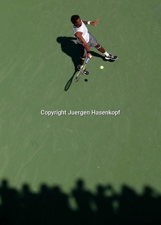 US Open 2010, USTA Billie Jean National Tennis Center, NewYork,.ITF Grand Slam Tennis Tournament . Gael Monfils (FRA) und die Schatten der Zuschauer,von oben,