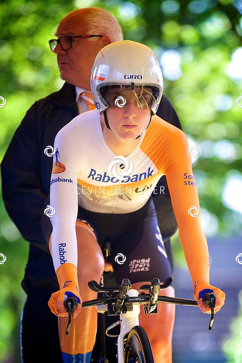 ZALTBOMMEL - Het NK tijdrijden is van start gegaan in Zaltbommel. Diversen amateurs, nieuwe en ook professionele wielrenners gaan hier van start vandaag. Met hier op de foto Annemiek van Vleuten. FOTO LEVIN DEN BOER - KWALITEITFOTO.NL