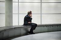 13 NOV 2008, BERLIN/GERMANY:<br /> Franz Muentefering, SPD Parteivorsitzender, telefoniert alleine auf der Fraktionsebene, Deutscher Bundestag<br /> IMAGE: 20081113-01-167<br /> KEYWORDS: Franz Müntefering, Telefon, phone, Handy, Mobiltelefon