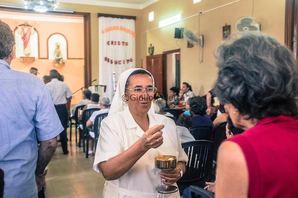 Padre Txema Auzmendi, missionario gesuita basco, durante la messa domenicale presso la chiesa di San José, a Juanelo, quartiere povero e periferico dell'Havana