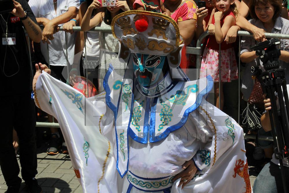 S&Atilde;O PAULO,SP, 13.02.2016 - ANO-CHINES - O bairro da Liberdade, no centro de S&atilde;o Paulo, celebra hoje e amanh&atilde; o Ano Novo Chin&ecirc;s. A festa chega a sua 11&ordf; edi&ccedil;&atilde;o com a chegada do Ano do Macaco. A organiza&ccedil;&atilde;o espera receber 200 mil pessoas nos dois dias de festejos. Para comportar at&eacute; 20 mil pessoas a mais do que no ano passado, segundo as previs&otilde;es, a festa vai ocupar, al&eacute;m da Pra&ccedil;a da Liberdade, as ruas Galv&atilde;o Bueno, dos Estudantes e dos Aflitos e parte da rua da Gl&oacute;ria.<br /> (Foto: Adar Rodrigues/Brazil Photo Press)