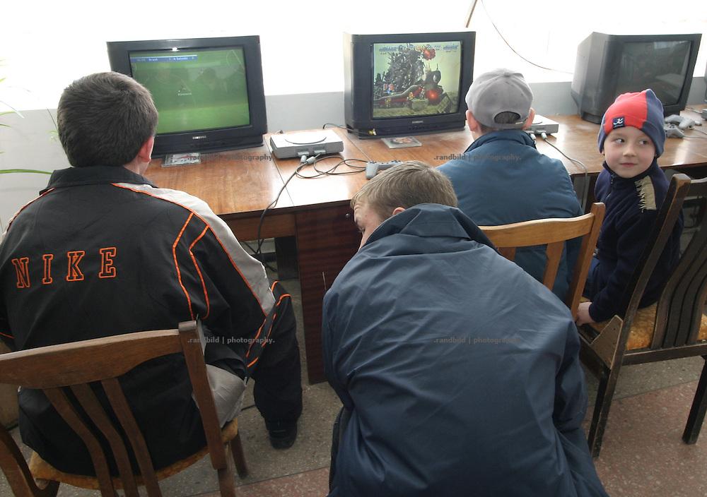 Kinder und Jugendliche spielen Videospiele im Kulturhaus in Tiraspol/Transnistrien. / Kids playing Videogames in the cultural house of Tiraspol/Transnistria.