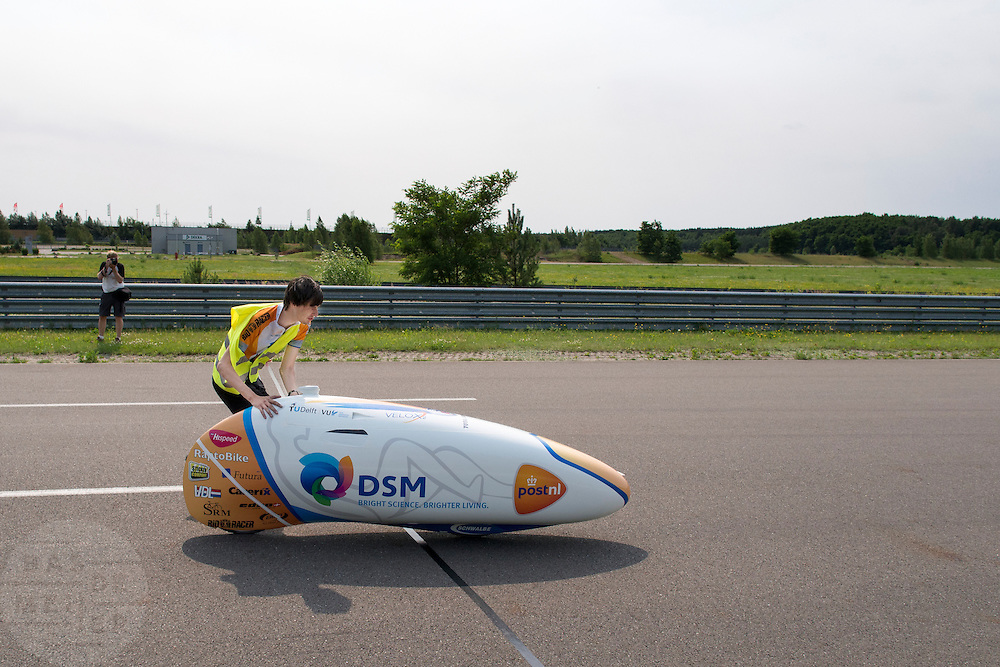 Wil Baselmans wordt gestart, even later staat hij alweer stil. HPT Delft en Amsterdam is in Senftenberg voor de recordpogingen op de Dekra baan.<br />