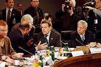 25.03.1999, Deutschland/Berlin:<br /> Jacques Chirac, Präsident Frankreich, ein Dolmetscher, Gerhard Schröder, Bundeskanzler, und Werner Müller, Bundeswirtschaftsminister, Chirac und Schröder im Gespräch vor Beginn der 3. Sitzung, Sondertagung des Europäischen Rates, Hotel Intercontinental, Berlin<br /> IMAGE: 19990325-01/01-04<br /> KEYWORDS: Gerhard Schroeder, Werner Mueller