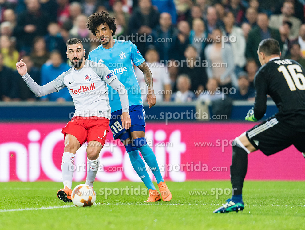 03.05.2018, Red Bull Arena, Salzburg, AUT, UEFA EL, FC Salzburg vs Olympique Marseille, Halbfinale, Rueckspiel, im Bild v.l. Munas Dabbur (FC Salzburg), Luiz Gustavo (Olympique Marseille) // during the UEFA Europa League Semifinal, 2nd Leg Match between FC Salzburg and Olympique Marseille at the Red Bull Arena in Salzburg, Austria on 2018/05/03. EXPA Pictures © 2018, PhotoCredit: EXPA/ Stefan Adelsberger